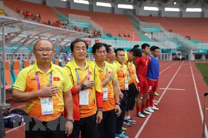 Một đội bóng thông thường sẽ có từ 5 - 6 người trong ban huấn luyện