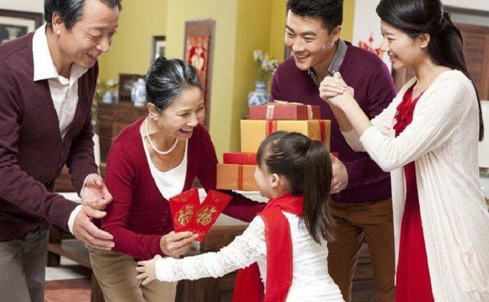 Việc xông đất đầu năm mang ý nghĩa cầu mong may mắn cho gia đình